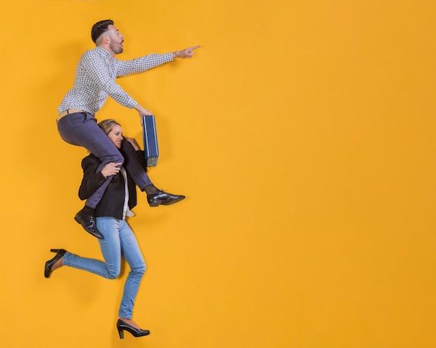 Empresários flutuando com uma mala