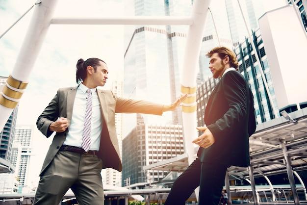 Empresários furiosos empurram o concorrente da fatia de mercado em imaginar