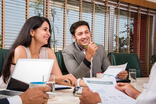 Empresários indianos asiáticos ou cultura corporativa e conceito de trabalho no escritório com laptop, papéis, reuniões, apresentações e discussões