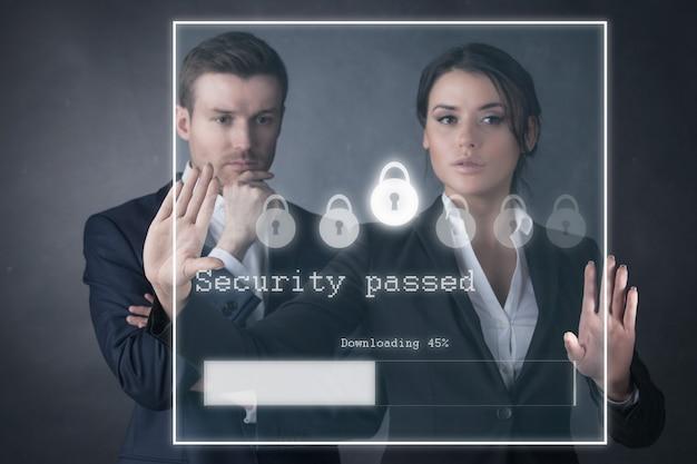 Empresários inserem a senha de segurança e baixam o arquivo no display futurista virtual, negócios, tecnologia, internet e conceito de rede