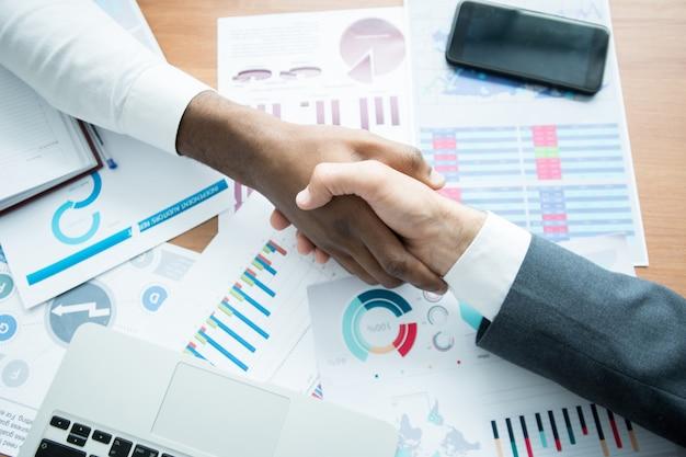 Empresários irreconhecíveis chegam a um acordo comum