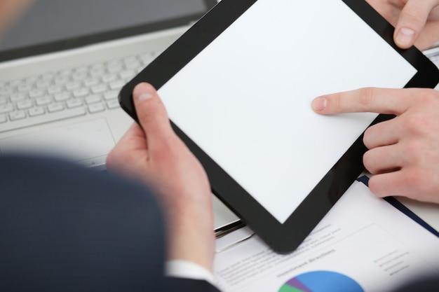 Empresários lendo análise financeira no tablet pc