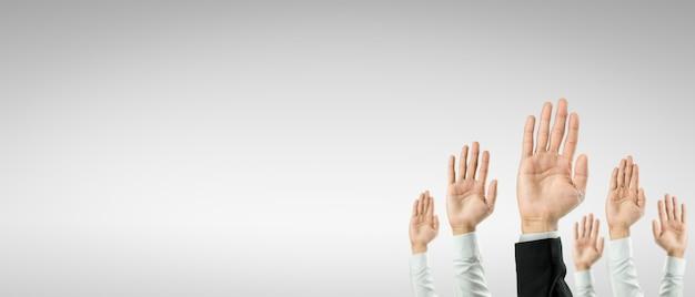 Empresários levantaram as mãos para ganhar a celebração da organização. o conceito de negócio é voltado para o sucesso.