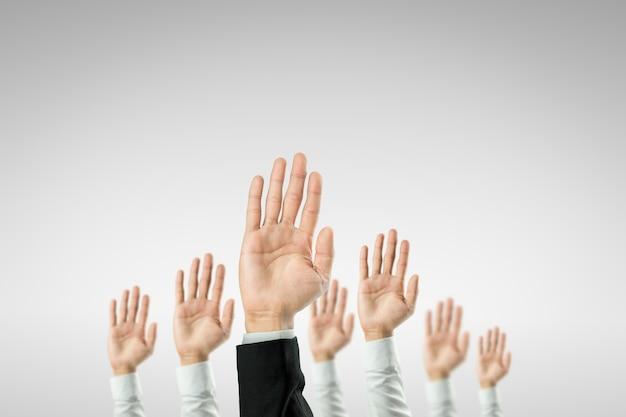 Empresários levantaram as mãos para ganhar a celebração da organização.