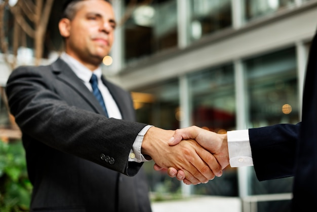 Empresários lidam conceito de acordo de aperto de mão