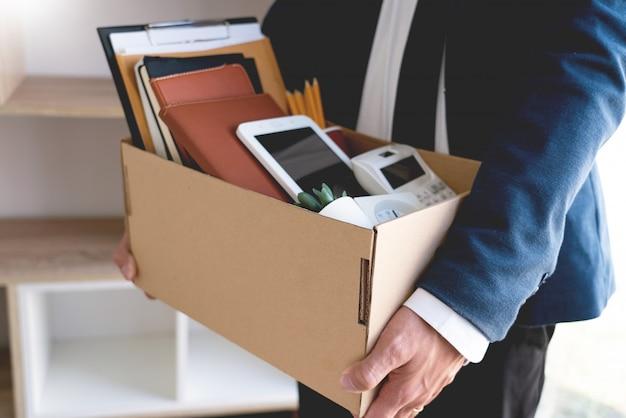Empresários mantendo suas coisas em uma caixa de papelão