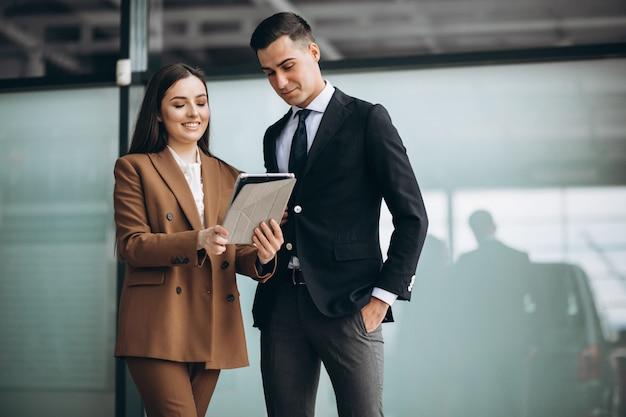 Empresários masculinos e femininos, trabalhando no tablet no escritório