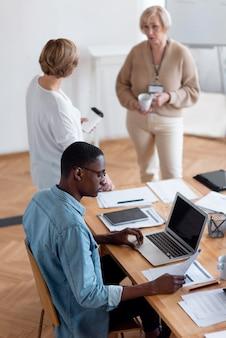 Empresários medianos na sala