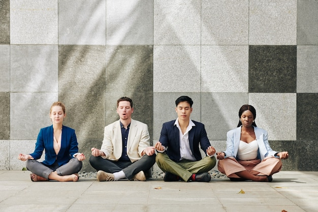 Empresários meditando juntos