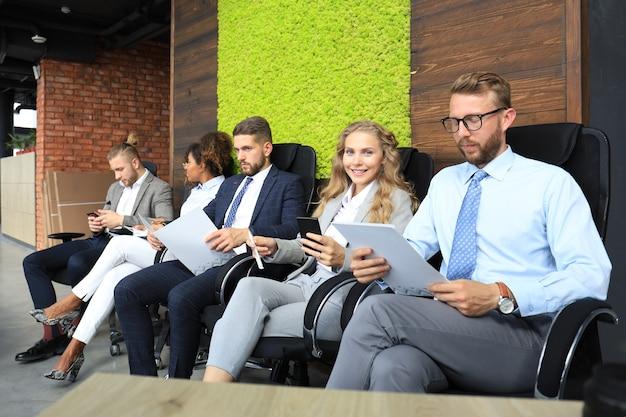 Empresários modernos à espera de entrevista de emprego.