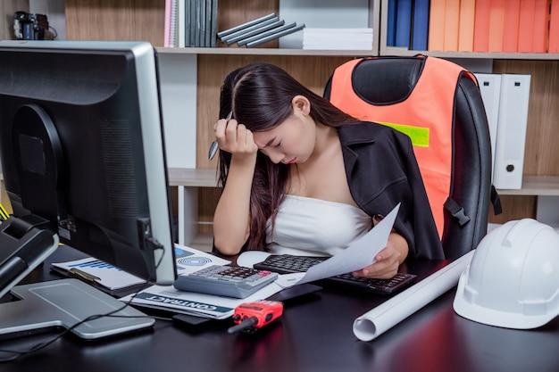 Empresários, mulheres que trabalham no escritório com estresse e fadiga.