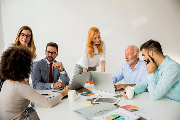 Empresários multirraciais que trabalham no escritório