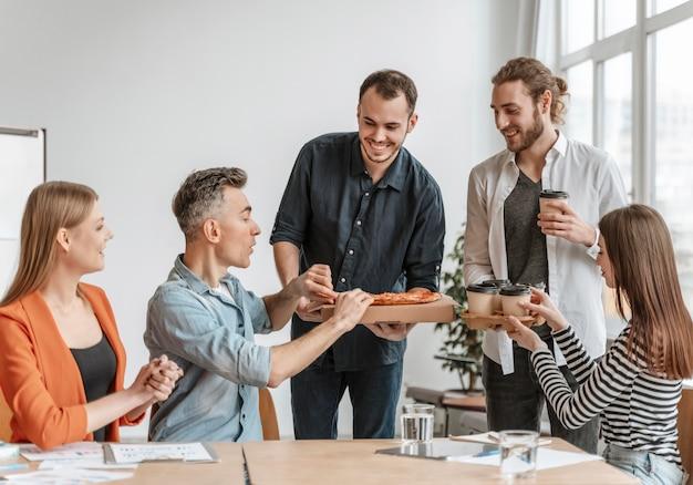 Empresários na hora do almoço comendo pizza