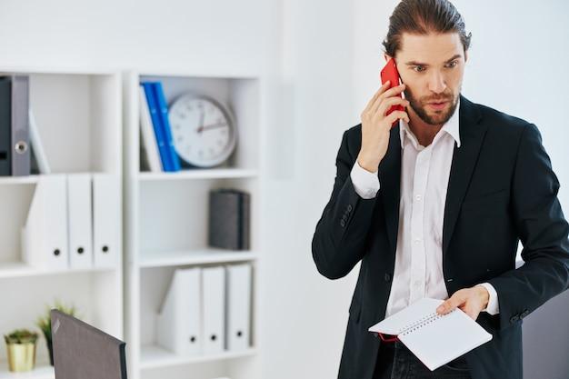 Empresários na mesa documentam comunicação por telefone estilo de vida