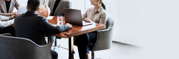 Empresários na sala de reuniões