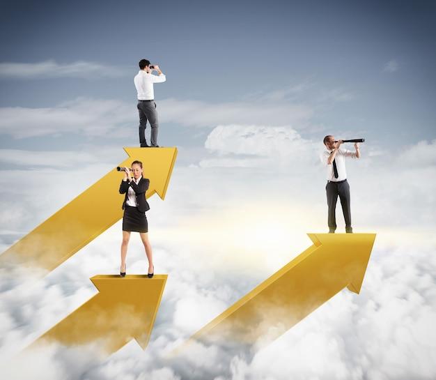 Empresários no céu olhando com binóculos