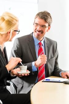 Empresários no escritório de negócios bebem café