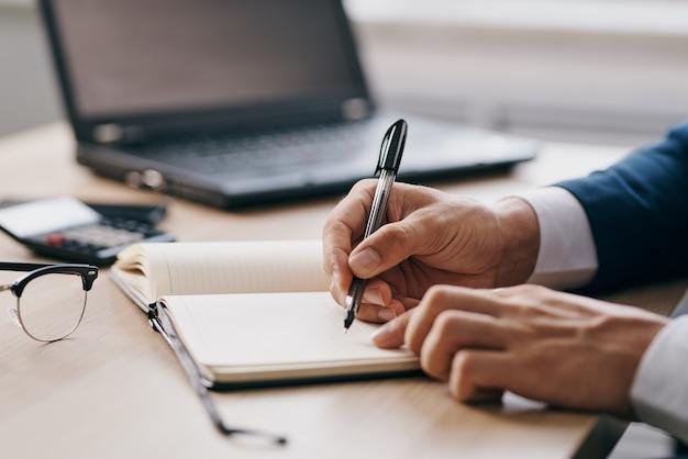 Empresários no escritório nas tecnologias de carreira de mesa
