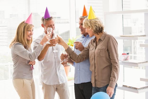 Empresários ocasionais brindando e comemorando aniversário