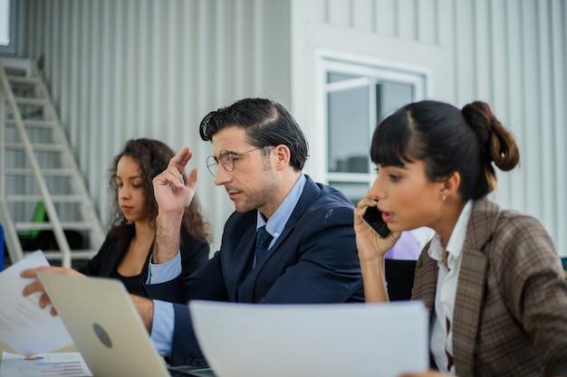 Empresários pensando e se preocupando com o projeto.
