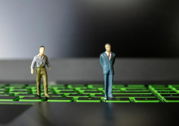 Empresários pequena pessoa em computadores e tecnologia de liderança