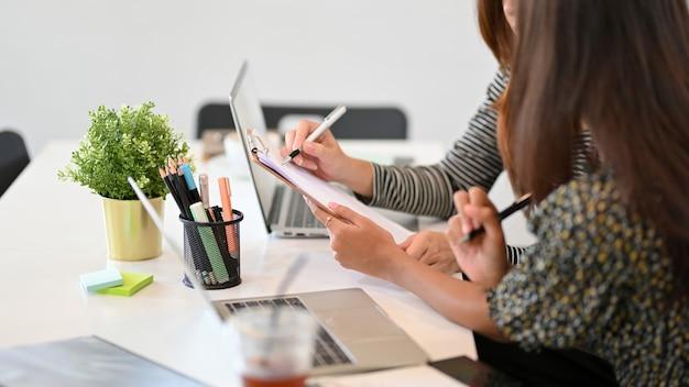 Empresários preparando o plano de negócios para a reunião, discutindo o resultado do trabalho no relatório financeiro
