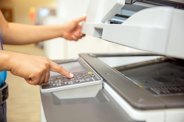 Empresários pressionam o botão no painel da copiadora