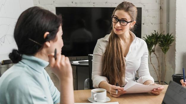 Empresários profissionais discutindo estratégia de negócios durante uma reunião