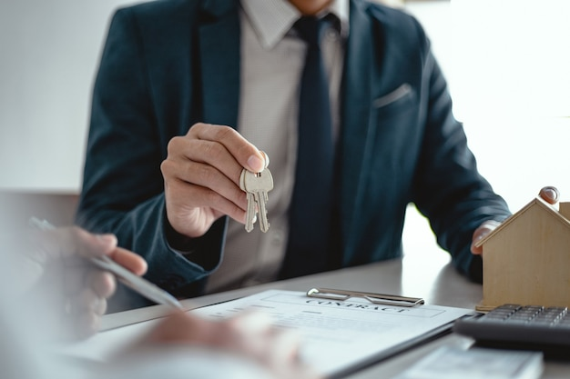 Empresários que assinam contrato fazendo um acordo com agente imobiliário conceito de consultor e conceito de seguro residencial.
