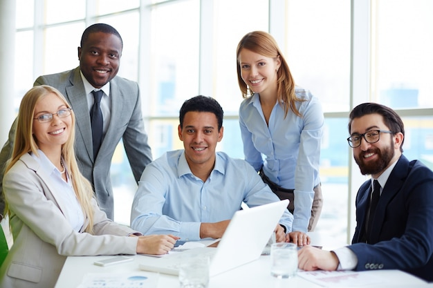 Empresários que têm um bom tempo na reunião
