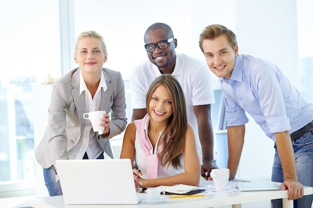 Empresários que trabalham como uma equipe