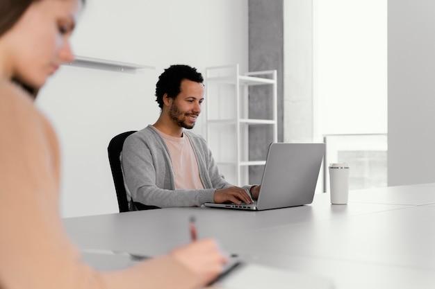 Empresários que trabalham em uma empresa