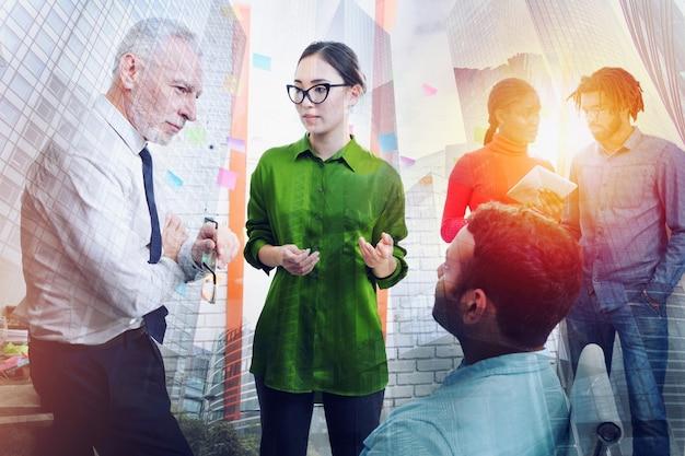 Empresários que trabalham juntos no escritório