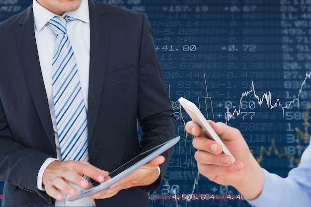 Empresários que usam dispositivos inteligentes