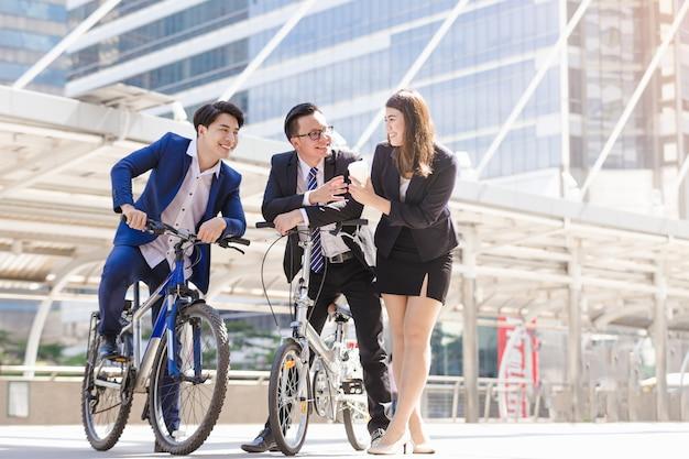 Empresários relaxam em bicicletas na cidade