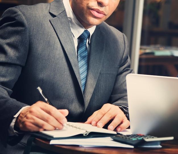 Empresários, reunião de discussão analisando writingconcept