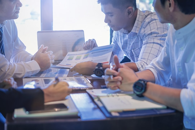 Empresários reunidos para discutir a situação no mercado.