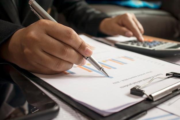 Empresários revisando relatórios, documentos financeiros para análise de informações financeiras, conceito de trabalho.
