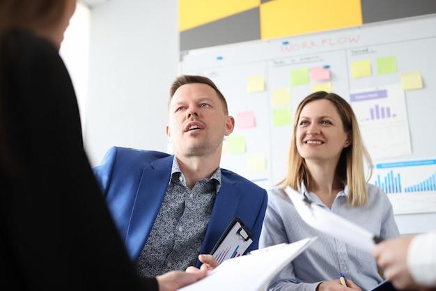 Empresários se comunicam em treinamento de desenvolvimento em promoção de negócios