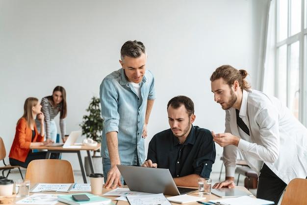 Empresários se encontrando no escritório trabalhando