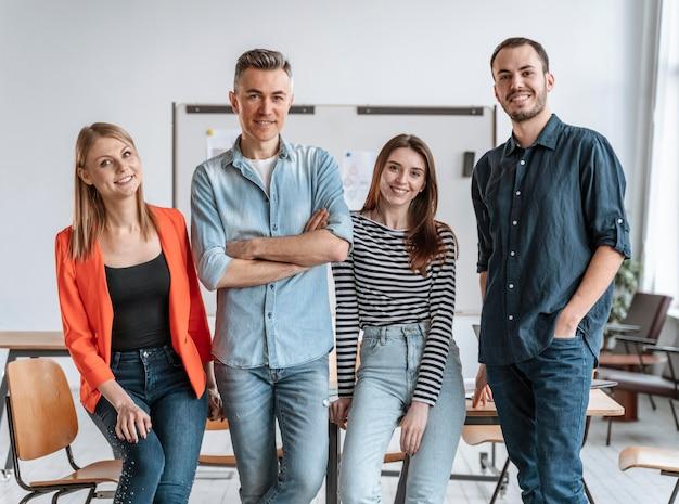 Empresários se encontrando no escritório