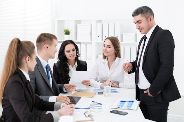 Empresários se reunindo no escritório para discutir o projeto