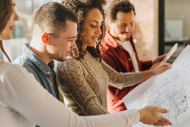 Empresários se reunindo para planejar