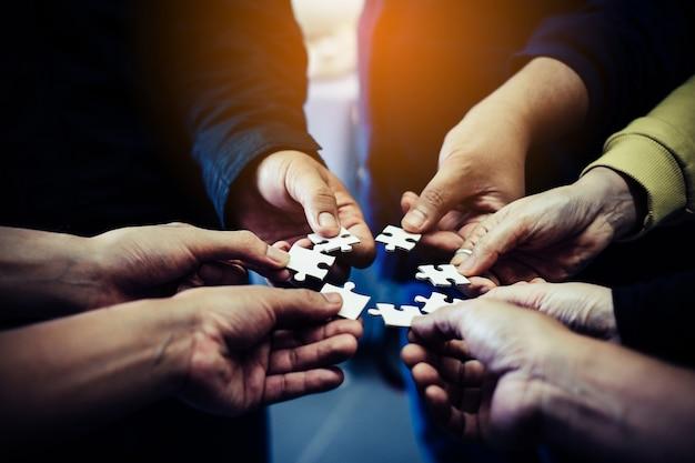 Empresários segurando o quebra-cabeça