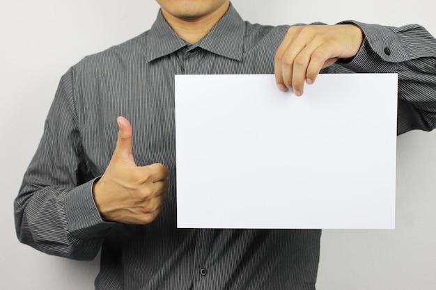 Empresários segurar papel branco em branco.