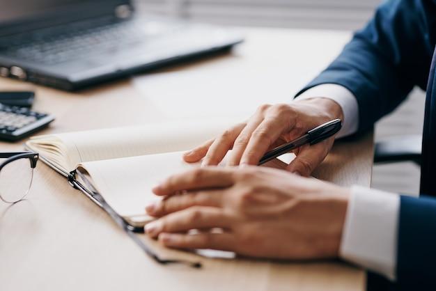Empresários sentados em uma mesa na frente de um laptop financiam tecnologias