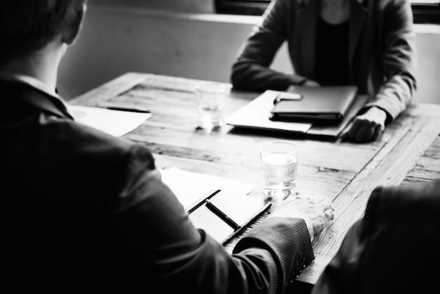 Empresários sentaram em uma reunião