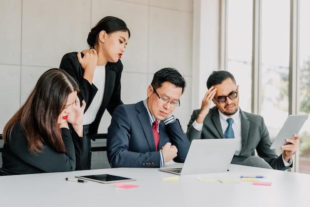 Empresários sentindo dor no pescoço e ombro após reunião da equipe