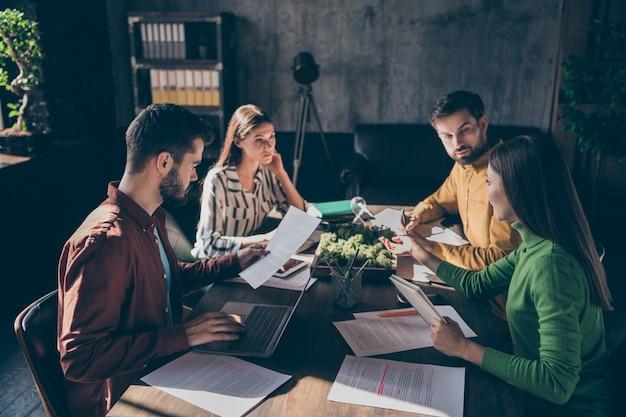 Empresários sérios e experientes, vestindo trajes formais informais, discutindo a preparação de um caso de lei, contrato de atribuição de concurso
