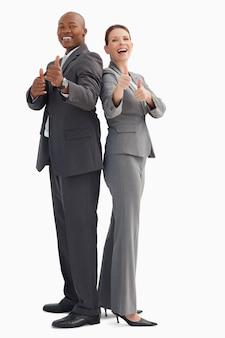 Empresários sorridentes com polegares acima